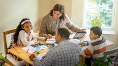 Starša pomagata svojima otrokoma pripraviti se na Preučevanje Stražnega stolpa.