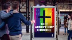 Een reclamebord van een kerk die homoseksualiteit tolereert