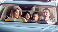 Jedna porodica u automobilu vežba teokratske pesme dok ide na sastanak