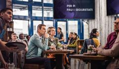 Els clients d'una cafeteria se sorprenen al veure una notícia d'última hora: un anunci de pau iseguretat. Però una parella de testimonis noes deixa enganyar per aquest titular
