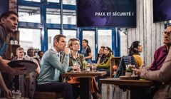 Dans un café, le message «Paix et sécurité!» qui est proclamé à la télévision retient l'attention des clients; un couple Témoin de Jéhovah ne se laisse pas tromper par ce qui est dit