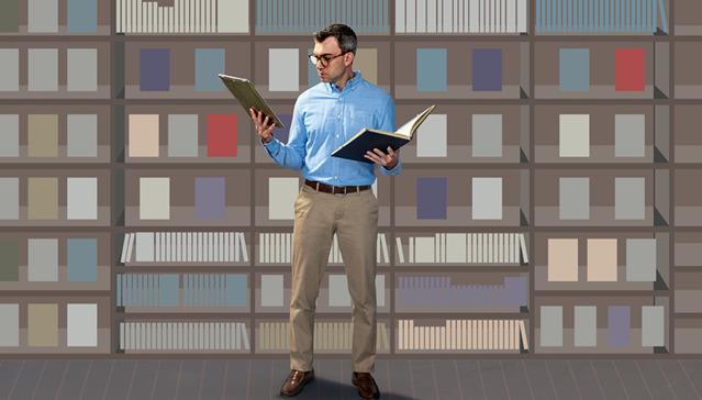 El mismo hombre leyendo un libro que ha tomado de la estantería y comparándolo con lo que ha encontrado en su dispositivo electrónico