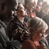 Άνθρωποι από διάφορες φυλές και ηλικίες προσεύχονται.