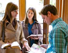 Jehovovi priči se z moškim pogovarjata o temi iz revije.