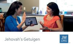 Een contactkaartje voor jw.org waarop een zuster met behulp van een tablet een Bijbelstudie leidt met een dove vrouw