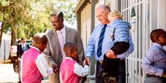 Johny und Gideon begrüßen Kinder an einem Königreichssaal