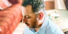 Ein Mann aus dem Nahen Osten beim Gebet.