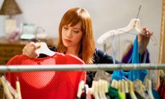 Жена избира облека