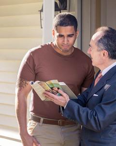 Menggunakan Bible dan brosur semasa menginjil kepada seorang lelaki