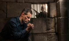 Hapishanedeki bir birader dua ediyor