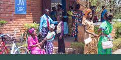 Mashahidi wa Yehova wakisalimiana nje ya Jumba la Ufalme nchini Malawi