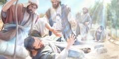 Saul kaatuu maahan, kun taivaasta leimahtaa valo hänen ympärilleen