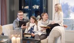 Satu keluarga bernyanyi saat ibadah keluarga