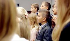 Paduan suara anak-anak bernyanyi