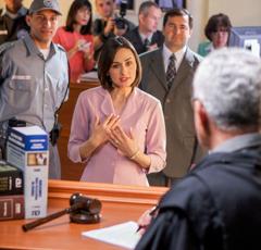 Una hermana predicando a un juez