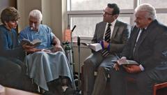 Tom et Charles font une visite pastorale à un couple