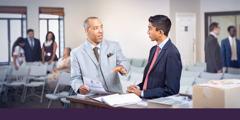 Un anciano hablando con un hermano joven al que está capacitando para que pueda ayudar en la congregación