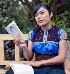 Una hermana meditando después de leer el libro Acerquémonos a Jehová y su Biblia