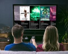 Um casal sentado no sofá olhando opções de filmes com conteúdo imoral, violento e sobrenatural