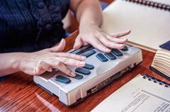 Serie de imágenes: 1) una hermana leyendo una publicación en braille; 2) una hermana usando un anotador braille