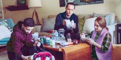 Družina pripravlja torbe z nujnimi potrebščinami.