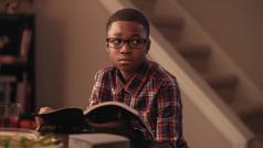 """Unha imaxe do vídeo """"Sucesos futuros que porán aproba anosa valentía"""". Un rapaz preocupado despois de reflexionar nunha imaxe que aparece no libro """"El Reino de Dios ya está gobernando"""" que representa oHarmaguedón"""