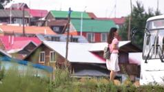 Una imagen del video Tres hermanas de Mongolia: Undraa, una de las hermanas precursoras, a punto de subir a un autobús