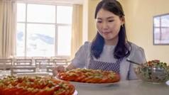 Una imagen del video Tres hermanas de Mongolia: Oyun, una de las hermanas precursoras, trabajando en el comedor de Betel