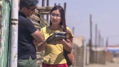 Una imagen del video Tres hermanas de Mongolia: Dorjkhand, una de las hermanas precursoras, predicándole a un hombre