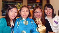 Una imagen del video Tres hermanas de Mongolia: las tres hermanas precursoras con su madre