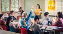 एक जवान बहिनी आफ्नो कक्षामा 'जीवनको सुरुवात' पुस्तिकाबाट रिपोर्ट प्रस्तुत गर्दै छिन्। एउटी विद्यार्थी हात उठाउँदै छिन्।