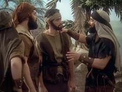 Image extraite de la vidéo «Des exemples qui nous servent d'avertissement (extrait)». Zimri parle à Yamîn et à ses autres amis des femmes moabites.