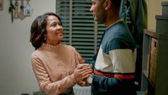 """Scena iz videa """"Uvek pokazuj ljubav u porodici"""". Po povratku sa sastanka, sestra strpljivo sluša svog muža koji nije Svedok i uverava ga da ga voli."""