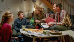 """Scena iz videa """"Uvek pokazuj ljubav u porodici"""". Porodica zajedno jede i razgovara o tome šta im se dopalo na sastanku."""