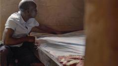 Scena iz videa Ljubav ne prestaje ni... ako nastupi siromaštvo (Kongo). Brat u svom domu priprema krevet za braću koja dolaze iz daleka.