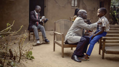 Scena iz videa Ljubav ne prestaje ni... ako nastupi siromaštvo (Kongo). Braća se oblače i spremaju za kongres.
