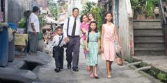 Šestočlana porodica koja ima skromna primanja prolazi kroz siromašan kvart da bi se sastala sbraćom i sestrama.