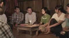 Scena iz videa Uvek pokazuj ljubav u skupštini –Prema udovicama i siročadi. Braća i sestre su došli kod sestre Mjin nakon što joj je muž poginuo i teše nju i njene ćerke.