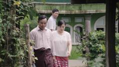 Scena iz videa Uvek pokazuj ljubav u skupštini –Prema udovicama i siročadi. Komšija posmatra bračni par Svedoka koji ide u posetu sestri Mjin i njenim ćerkama.