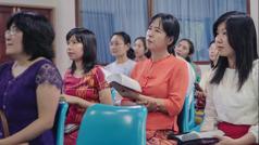 Scena iz videa Uvek pokazuj ljubav u skupštini –Prema udovicama i siročadi. Sestra Mjin sa ćerkama na skupštinskom sastanku.