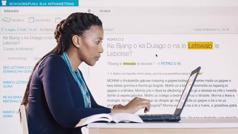 """Scena iz videa """"Sačuvajte čistu savest"""". Ema istražuje pomoću onlajn biblioteke na svom kompjuteru."""