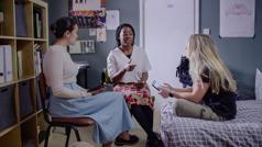 """Scena iz videa """"Prihvati Jehovinu pomoć i doživi radost u stvaranju učenika –Naša braća i sestre"""". Nita i još jedna sestra proučavaju Bibliju sa Džejd."""