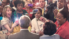 Przedstawiciel Biura Głównego ijego żona obstąpieni przez uczestników kongresu robiących im zdjęcia