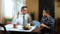 Un hermano dándole clases de la Biblia a un hombre en su hogar.