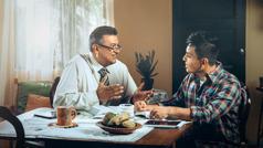 Brat vodi biblijski tečaj s čovjekom u njegovom domu.