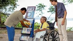Hi Mark Herman nga nalingkod ha wheelchair hirani ha cart, nagsasangyaw ha usa nga lalaki.