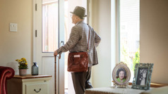 Leskeksi jäänyt iäkäs veli on lähdössä kotoa kenttätyöhön. Sivupöydällä on valokuva hänen vaimostaan ja heidän hääkuvansa.