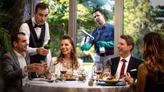 Kaksi pariskuntaa on syömässä kalliissa ravintolassa, ja heillä näyttää olevan hauskaa. Ikkunaa pesevä veli katselee heitä kateellisena.