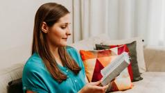 Жінка, яка колись повторювала фрази з молитовника, тепер читає вдома Біблію.