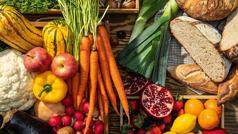 Lloje të ndryshme frutash, perimesh dhe bukësh.